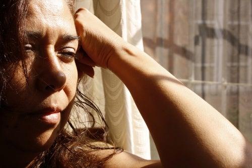 donna-guarda-dalla-finestra Gravidanza ectopica