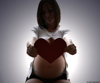 donna-incinta-cuore-gravidanza