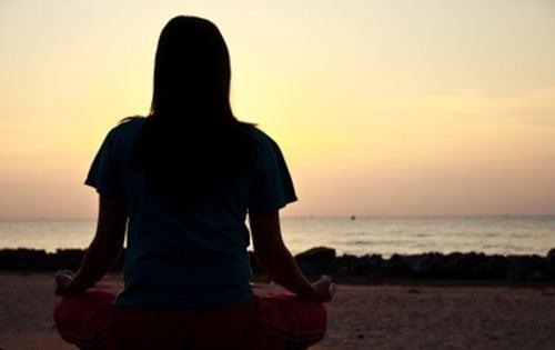 donna-medita-davanti-al-mare