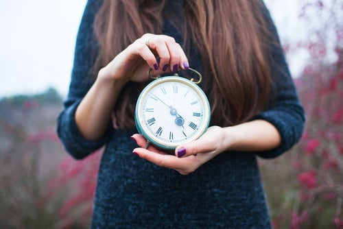 donna regge orologio