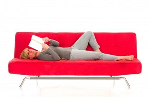donna-sdraiata-sul-divano