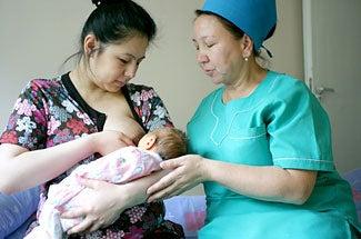 madre-che-allatta-con-infermiera