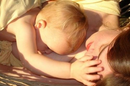 mamma-e-bambino-sdraiati-insieme