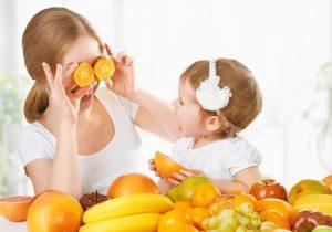 mamma-e-figlia-che-giocano-con-gli-agrumi