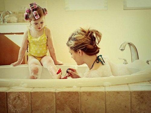 mamma-e-figlia-si-fanno-belle infanzia
