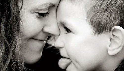 mamma-e-figlio-giocano infanzia