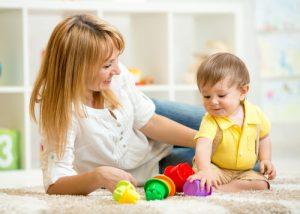 mamma-gioca-con-il-bambino