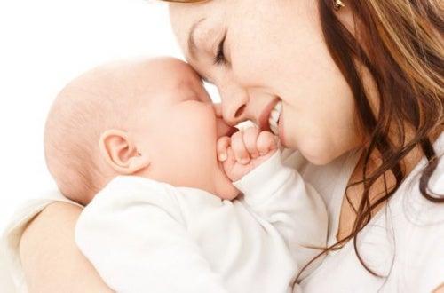mamma-sorride-a-suo-figlio