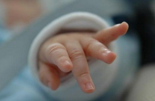 manina-del-neonato