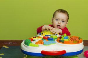 neonato-che-gioca