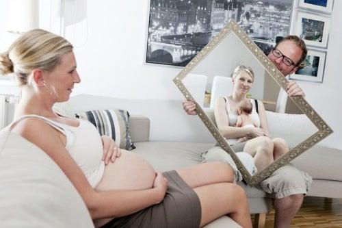 L'amore materno comincia quando il bimbo si trova ancora nel pancione della mamma.
