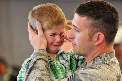 Bambino che piange con suo padre.