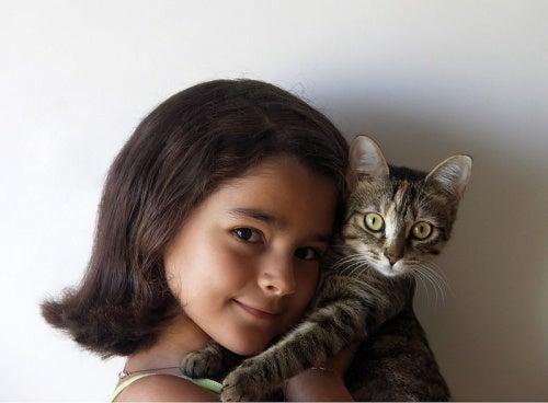 bambina-abbracciata-ad-un-gatto