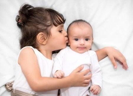 bambina-che-bacia-il-fratellino