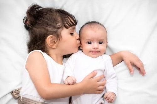 E' arrivato un fratellino o una sorellina: come comportarsi