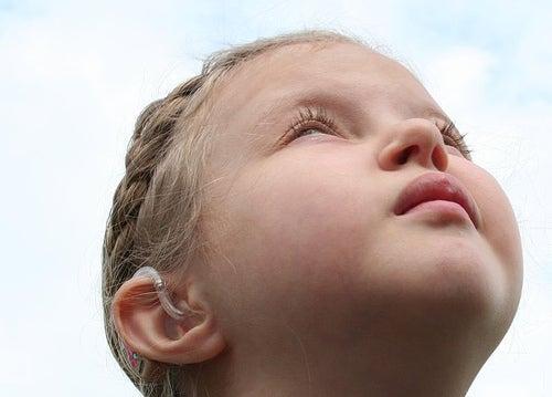 bambina-che-guarda-il-cielo-autismo