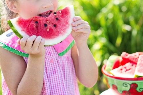 bambina-che-mangia-cocomero