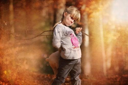 bambina-con-il-broncio-punizioni-fisiche