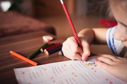 bambina-scrive-con-la-matita