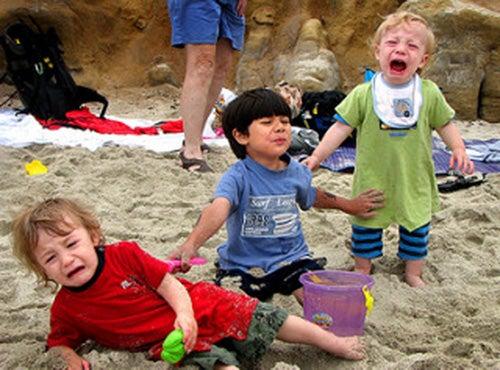 bambini-piangono-sulla-spiaggia-capricci