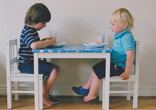 bambini-seduti-a-tavola