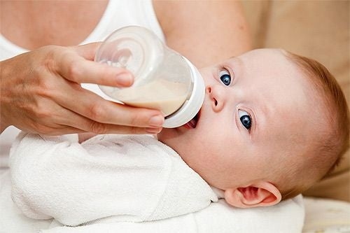 bambino-allattato-col-biberon