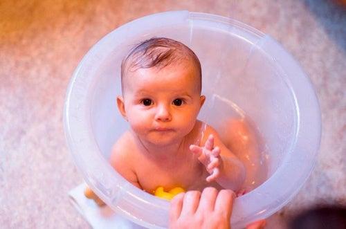 bambino-che-fa-il-bagno