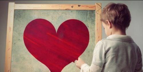 bambino-che-guarda-un-cuore