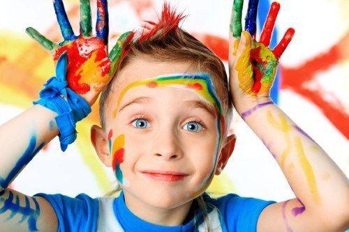 bambino-con-mani-e-viso-sporchi-di-colore
