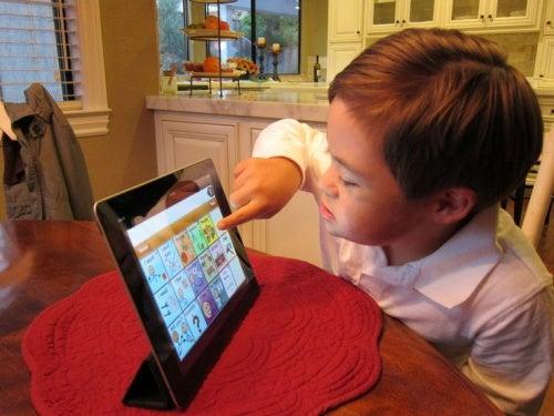 bambino-gioca-col-tablet-bambini-con-esigenze-particolari
