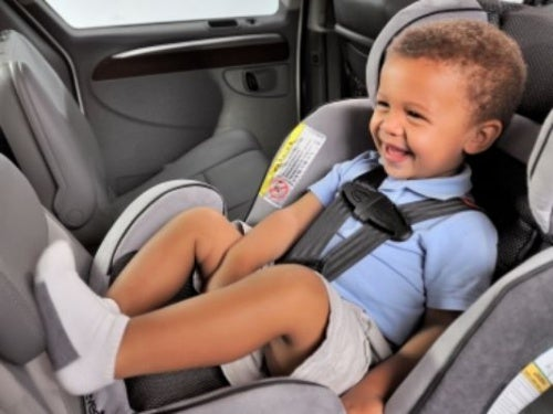 bambino-in-auto