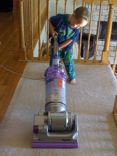 Passare l'aspirapolvere è una delle attività che si possono permettere per responsabilizzare un bambino.