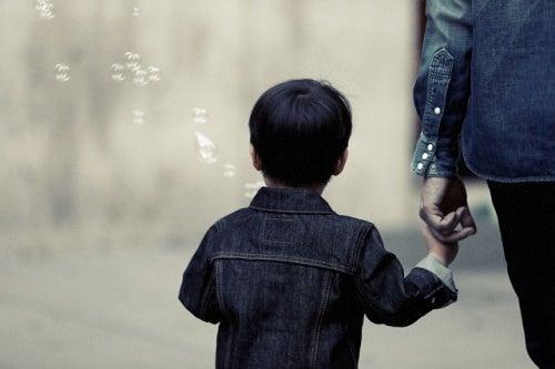 bambino-per-mano-al-padre