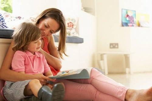 bambino-sfoglia-un-giornale-con-la-mamma