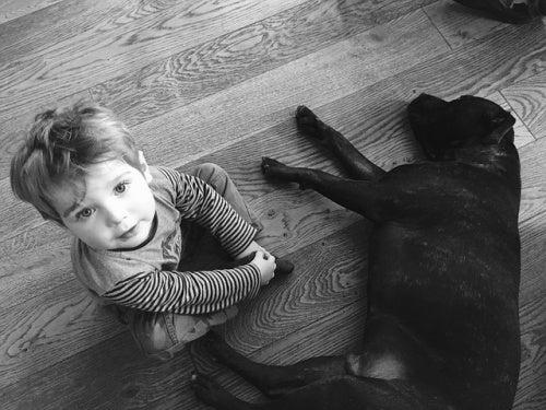 bambino-sul-pavimento-con-un-cane