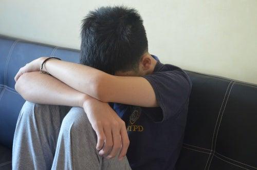 bambino-triste-sul-divano-punizioni-fisiche