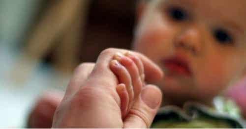 Che cos'è la sindrome del bambino scosso?