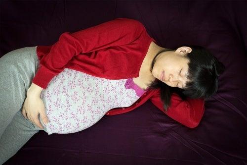 donna-incinta-che-dorme