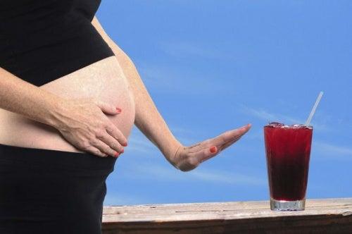 donna-incinta-rifiuta-bevanda-alcolica