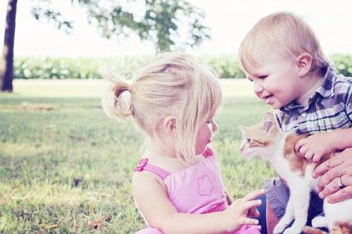5 benefici di tenere animali domestici quando avete figli