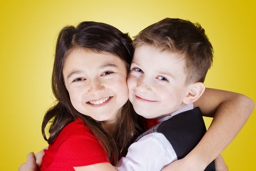 fratello-e-sorella-che-si-abbracciano