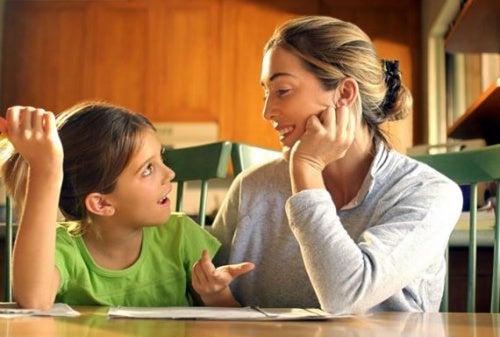 madre-aiuta-figlia-nei-compiti-di-scuola