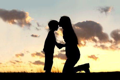 madre-e-figlio-al-tramonto