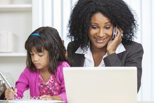 mamma-che-lavora-mentre-e-con-la-figlia