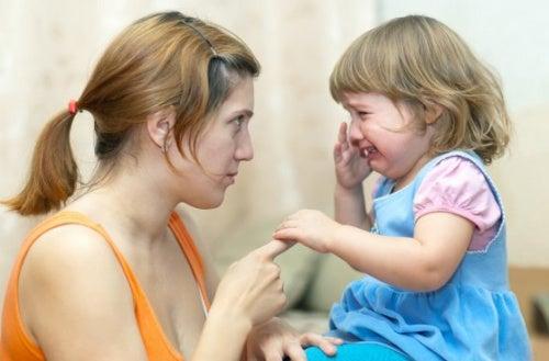 mamma-che-rimprovera-una-bambina