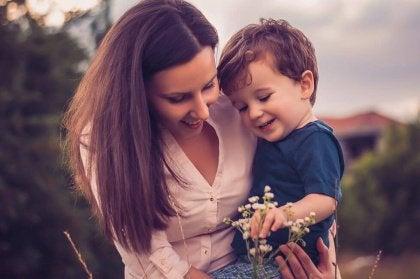 mamma-e-bimbo-ridono-intelligenza-emotiva