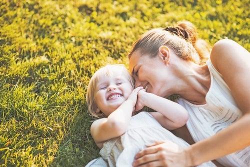 mamma-e-figlia-ridono-sul-prato-intelligenza-emotiva