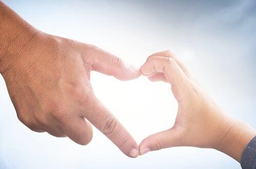 mano-padre-e-figlio-formano-un-cuore