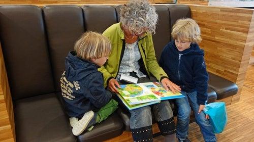 nonna-legge-un-libro-ai-nipoti