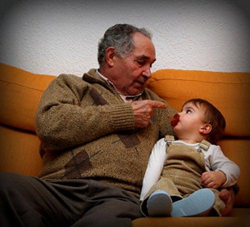 nonno-parla-alla-nipotina-mamme-single